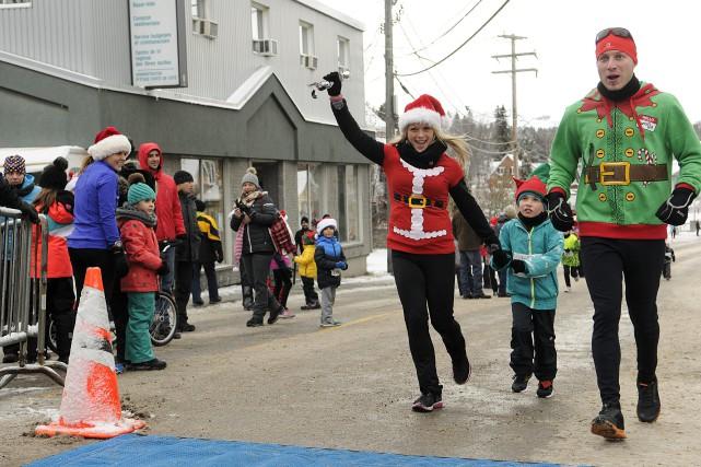 Quelque 500 pères Noël ont couru dans les... (Photo Le Progrès-Dimanche, Mariane L. St-Gelais)