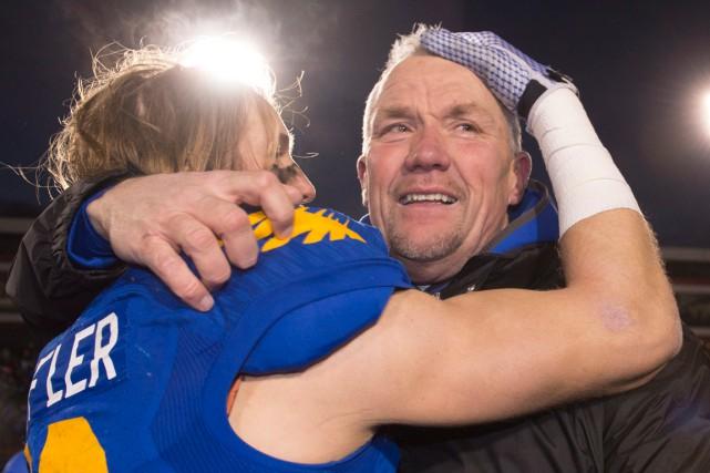 Taylor Loffler félicite Blake Nill après la victoire... (La Presse Canadienne, Jacques Boissinot)