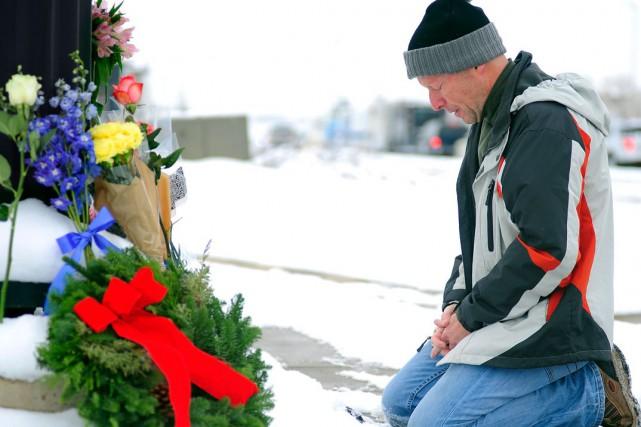 Des fleurs ont été déposées en mémoire des... (Associated Press)