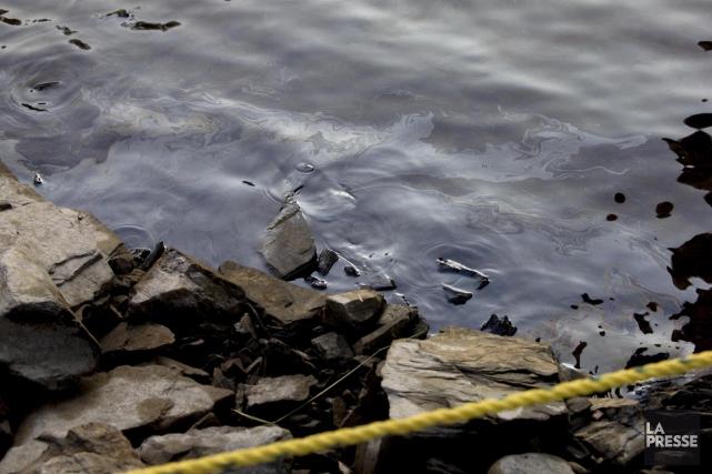 Environ 100 000 litres de pétrolese sont déversés... (PHOTO ALAIN ROBERGE, LA PRESSE)