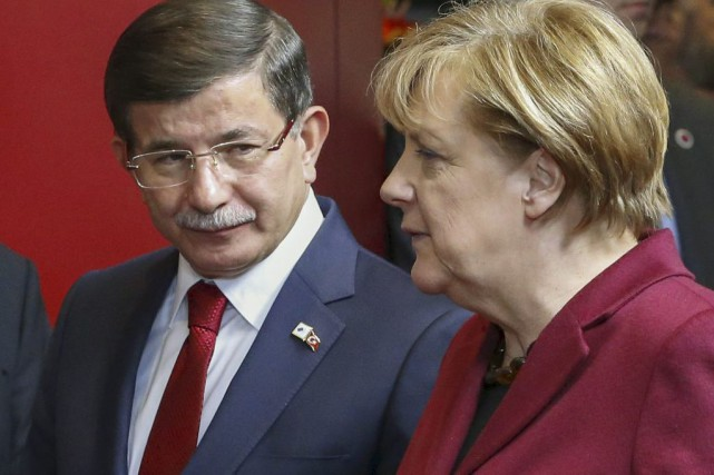 Ahmet Davutoglu et Angela Merkel... (PHOTO YVES HERMAN, REUTERS)