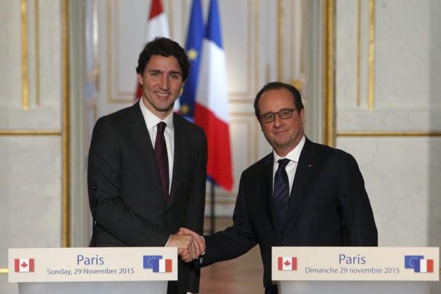 Justin Trudeau etFrançois Hollande... (Photo Thibault Camus, AP)