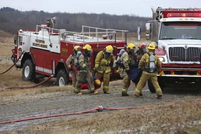Les pompiers ont dû travailler fort pour évacuer... (photo Julie Catudal)