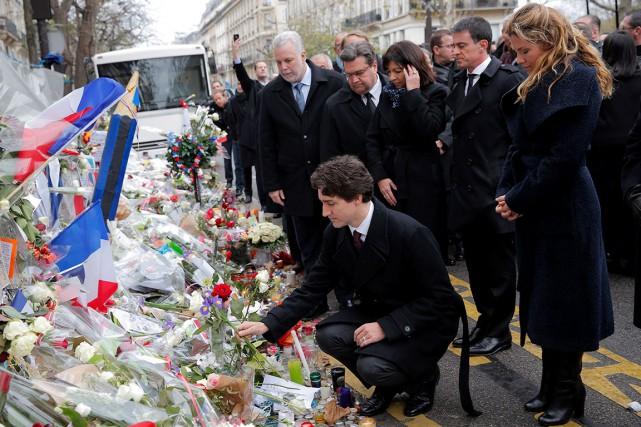 Justin Trudeau est allé rendre hommage aux victimes... (AP, Christophe Ena)