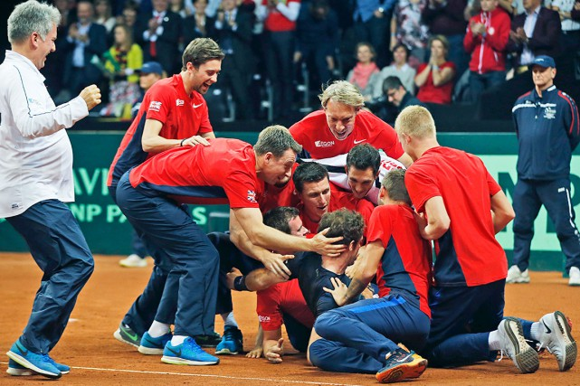 Andy Murray a été enseveli par ses compatriotes... (AP, Alastair Grant)
