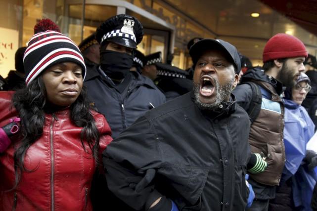 Des manifestants ont formé une chaîne humaine vendredi... (PHOTO REUTERS)