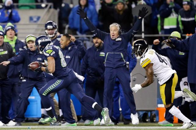 L'entraîneur-chef des Seahawks, Pete Carroll, ne ménage pas... (AP, John Froschauer)