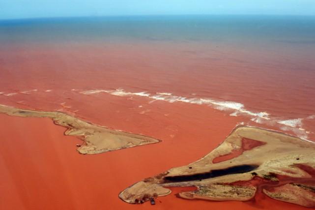 Les eaux polluées du Rio Doce contiennent des... (PHOTO AFP)