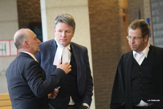L'avocat Daniel Larochelle (à gauche) se dit soulagé... (Archives, La Tribune)