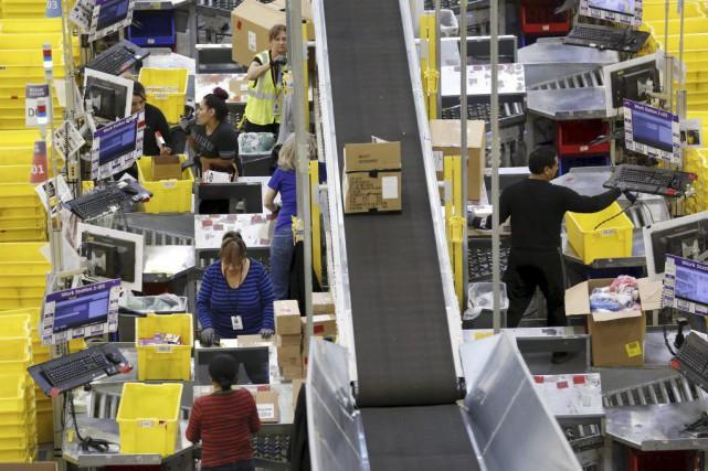 Des employés d'Amazon préparent des envois dans un... (PHOTO FRED GREAVES, REUTERS)