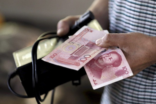 Le yuan rejoint le dollar américain, la livre britannique,... (PHOTO JASON LEE, REUTERS)