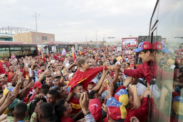 Le président Nicolas Marduro salue une jeune partisane... (PHOTO REUTERS/MIRAFLORES)