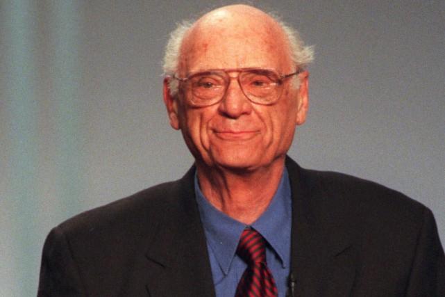 Le dramaturge américain Arthur Miller reçoit un prix... (PHOTO ARCHIVES AP)