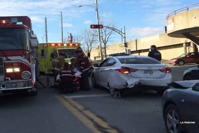 Un accident est survenu sur l'heure du midi lundi sur la rue Galt Ouest, à la... (La Tribune, Luc Larochelle)