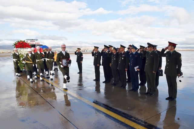 La dépouille du pilote de l'avion russe abattu... (Associated Press)