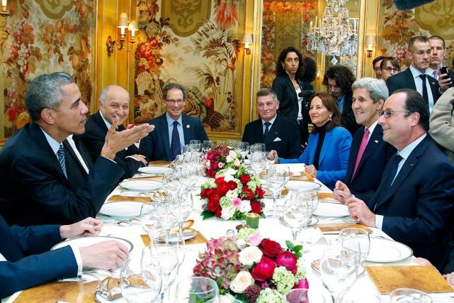 Le président américain Barack Obama discute avec son... (AP, Thibault Camus)