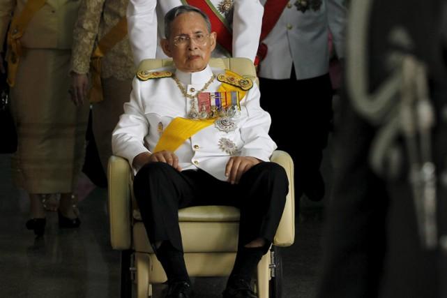 Le roi Bhumibol Adulyadej est présenté comme un... (PHOTO REUTERS)