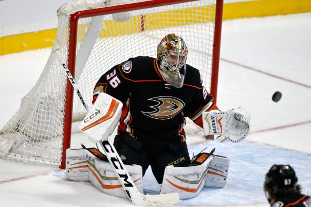 Le gardien des Ducks d'Anaheim John Gibson a... (Photo Lenny Ignelzi, AP)