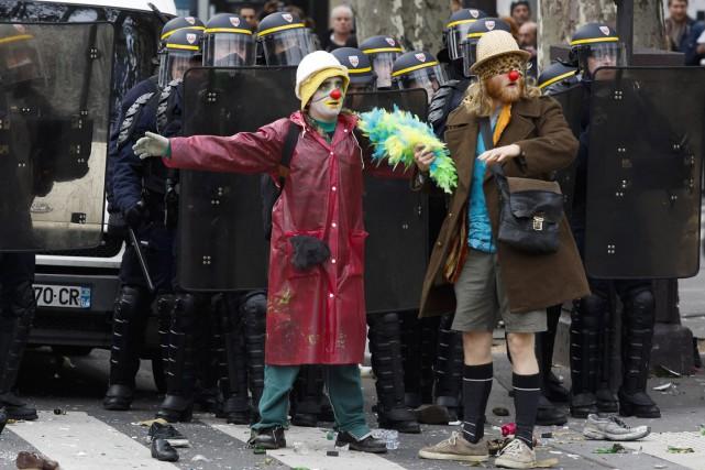 Des manifestants déguisés en clowns se tiennent devant... (PHOTO FLORIAN DAVID, ARCHIVES AFP)
