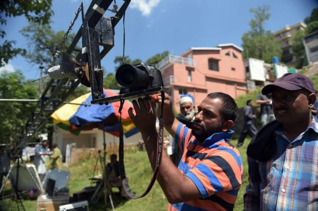 Un caméraman sur le tournage d'un film pachtoune... (PHOTO ARCHIVES AFP)