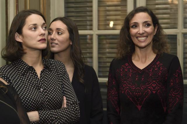 Marion Cotillard (à gauche) en compagnie de l'artiste... (PHOTO AFP)