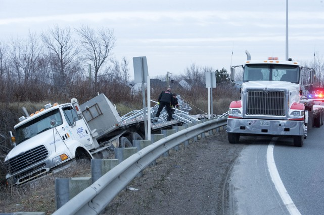 Un tracteur routier a effectué une sortie de... (Stéphane Lessard)