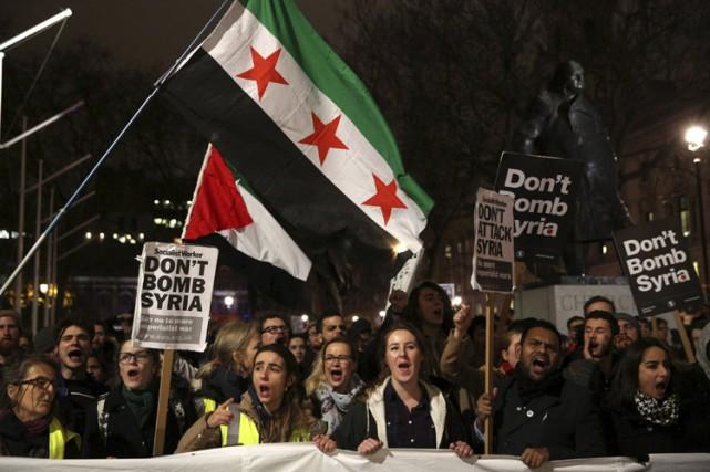 Quelques milliers de personnes ont manifesté mardi à Londres contre le projet... (PHOTO REUTERS)