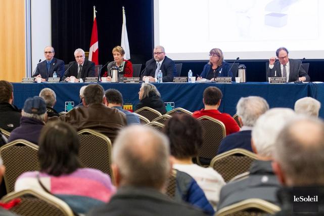 Les cinq conseillers opposés au maire Sylvain Juneau... (Le Soleil, Caroline Grégoire)