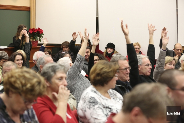 Une soixantaine de citoyens ont manifesté leur opposition,... (Julie Catudal, La Voix de l'Est)