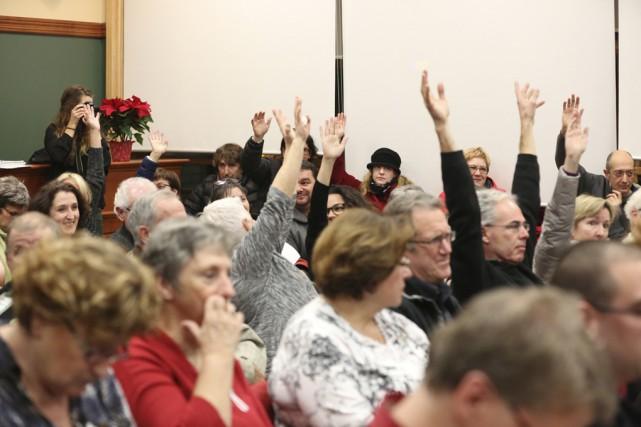 Une soixantaine de citoyens ont manifesté leur opposition,... (photo Julie Catudal)