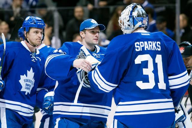 Jonathan Bernier (au centre) connaît une saison de... (La Presse Canadienne, Darren Calabrese)