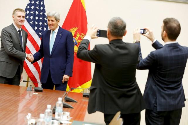 Le secrétaire d'État américain John Kerry (à droite)... (PHOTO JONTAHN ERNST, REUTERS)