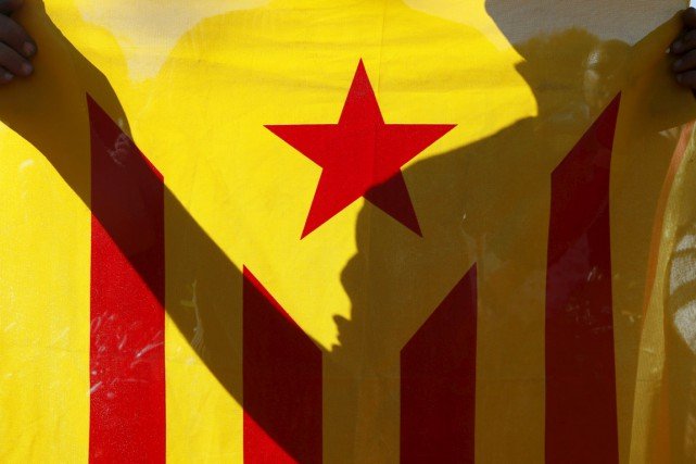 Un partisan d'une Catalogne indépendante brandit un drapeau... (PHOTO ALBERT GEA, ARCHIVES REUTERS)