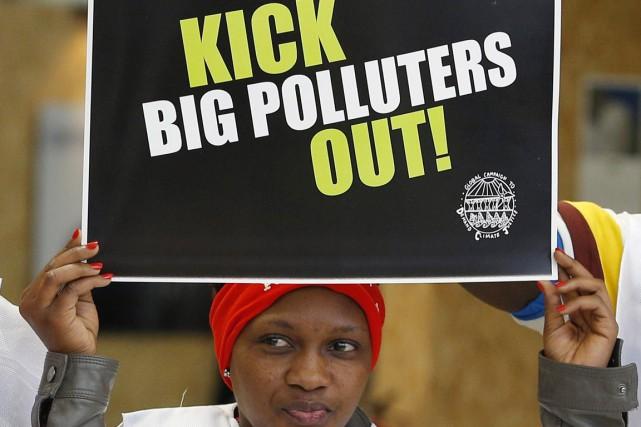 Une activiste manifeste durant la COP21, au Bourget,... (PHOTO CHRISTOPHE ENA, AP)