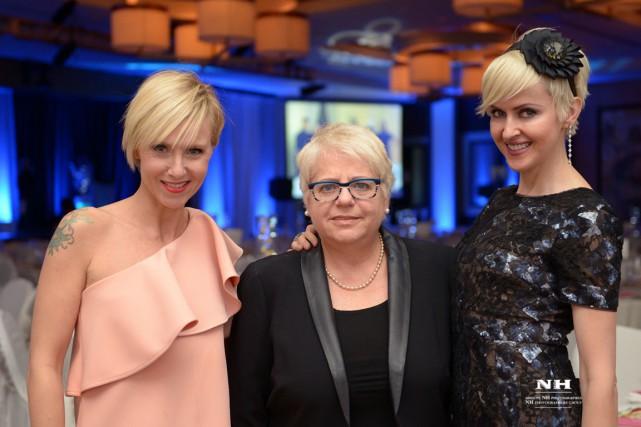 Penelope McQuade et Geneviève Borne entourent Marcèle Lamarche....
