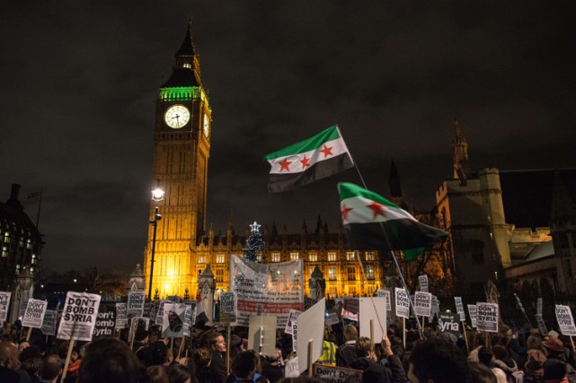 «Ne bombardez pas la Syrie!» «Nous voulons la... (PHOTO AFP)