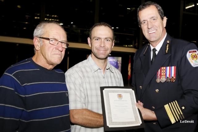 Le citoyen honoré, Vincent Hotte (au centre), entouré... (Simon Séguin-Bertrand, LeDroit)