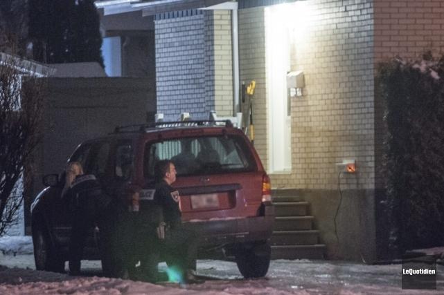 Une vaste opération policière a débuté mercredi soir sur la rue Saint-Dominique... (Photo Le Quotidien, Michel Tremblay)