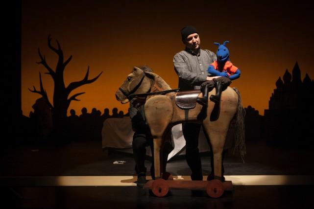 Antoine Laprise et son alter-ego marionnettique, Loup bleu.... (COURTOISIE, NICOLA-FRANK VACHON)