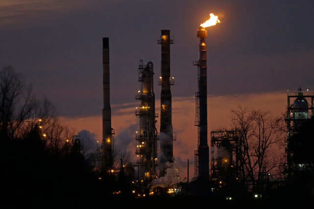 Les prix du pétrole dégringolaient jeudi en cours d'échanges européens, plombés... (Photo Gerald Herbert, archives AP)