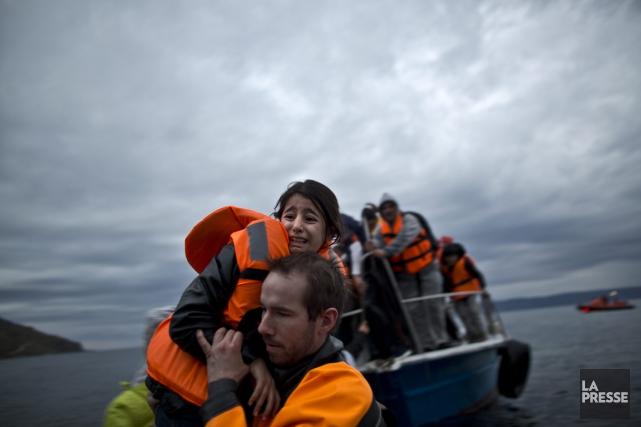 Une jeune fille est extirpée de l'embarcation qui... (Photo Muhammed Muheisen, AP)