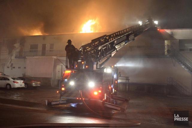 Un incendie a lourdement endommagé un immeuble de... (Sylvain Mayer)