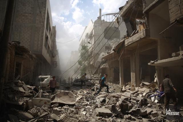 Des Syriens au milieu des décombres après des... (Photo AFP, Abd Doumany)
