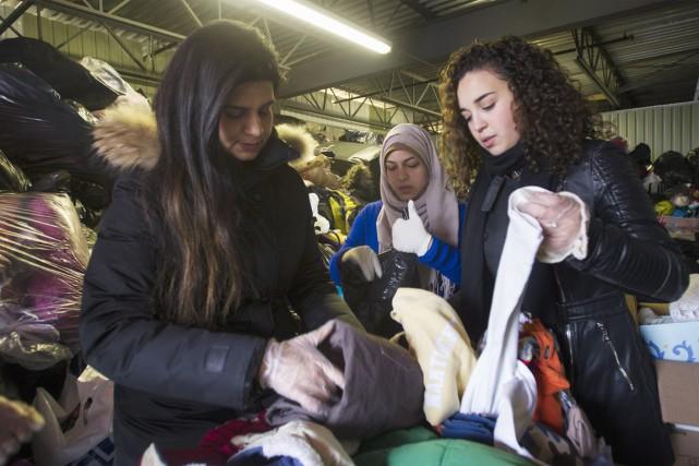 Des bénévoles montréalais préparent l'arrivée des premiers réfugiés... (Photo La Presse Canadienne)