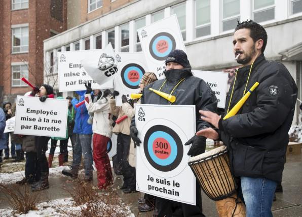 Une centaine d'employés ont manifesté devant les bureaux... (Spectre Média, Jessica Garneau)