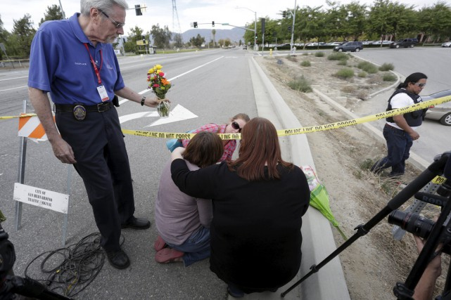 Des proches des victimes sont venus se recueillir... (Photo Reuters)