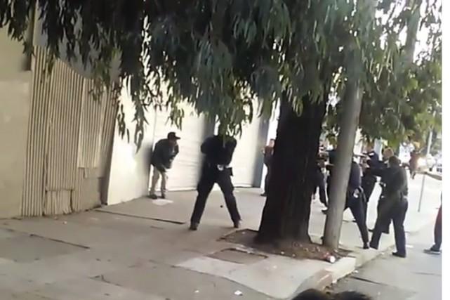 Les policiers ont dans un premier temps utilisé... (Capture écran de la vidéo)