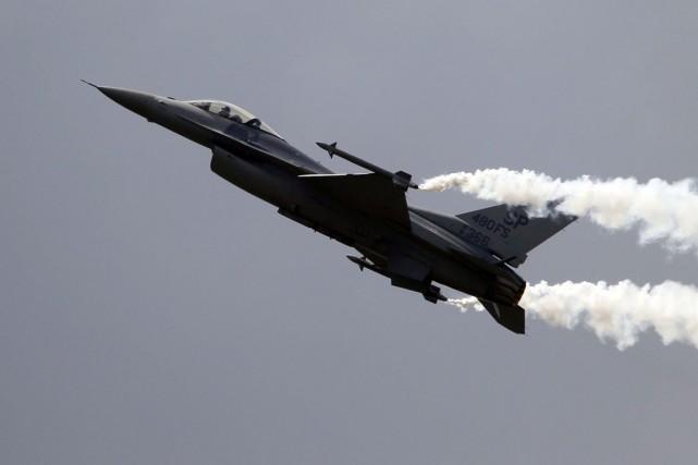 Quatre avions d'assautF16 néerlandais ont bombardé les djihadistes... (Phtoo Francois Mori, archives AP)
