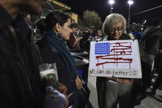 Une femme tient une chandelle et une affiche... (AFP, Robyn Beck)