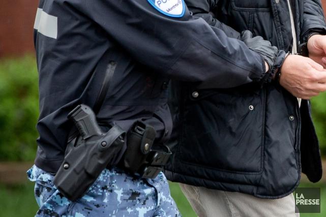 Les policiers sont tenus de renouveler une fois... (PHOTO DAVID BOILY, ARCHIVES LA PRESSE)